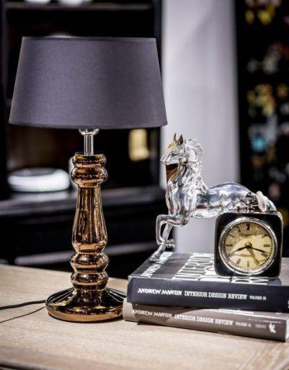 miedziana lampa stołowa na komodę z czarnym abażurem