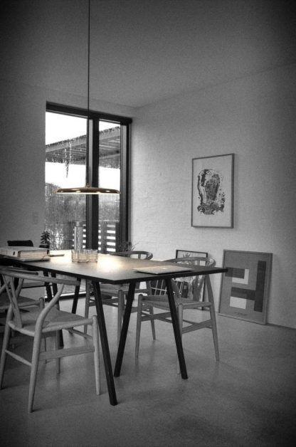 miedziana lampa wisząca nad stołem w jadalni aranż