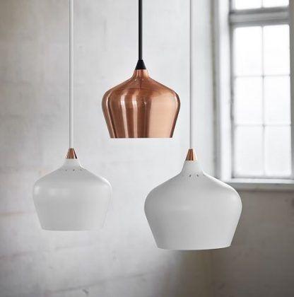 miedziana lampa wisząca oraz 2 białe obok - aranżacja