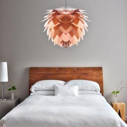 miedziana lampa wisząca z listków do drewnianej sypialni