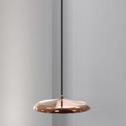 miedziana lampa wisząca z płaskim kloszem