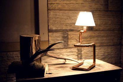 miedziana lampka stołowa do naturalnych drewnianych mebli