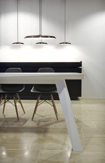 miedziane lampy wiszące nad stół aranżacja jadalnia