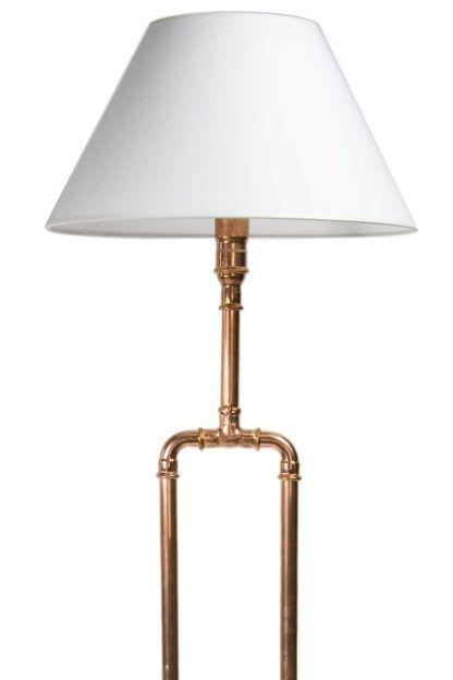 Miedziane wykończenie lampy z białym abażurem