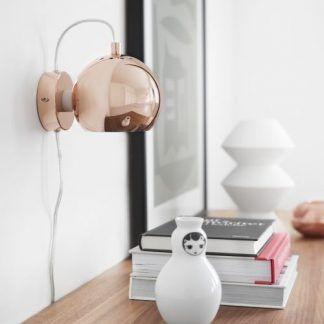 miedziany kinkiet ball nad biurko lub kredens w salonie