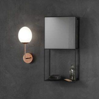miedziany kinkiet do łazienki do szafki - ciemna ściana - szklana kula