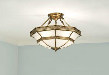 mleczna lampa sufitowa w złotej zdobionej oprawie