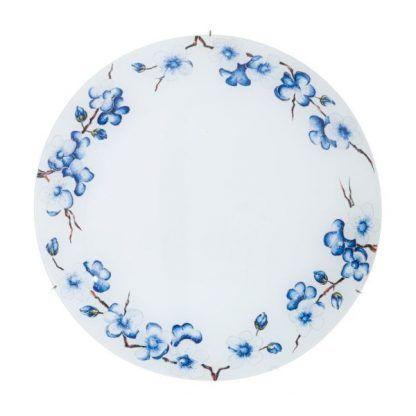 mleczny plafon zdobiony niebieskimi kwiatami