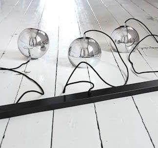 montaż lampy wiszacej - srebrne lampy do białej podłogi