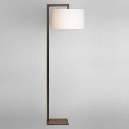 mosiężna lampa podłogowa z białym nowoczesnym abażurem