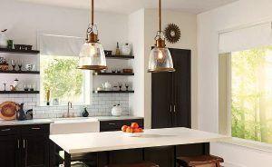mosiężna lampy wiszące w kuchni nad stołem