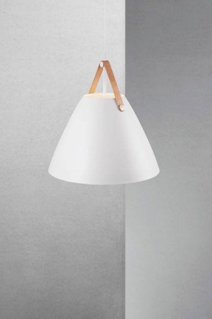 naturalna biała lampa wiszaca w nowoczesnym skandi