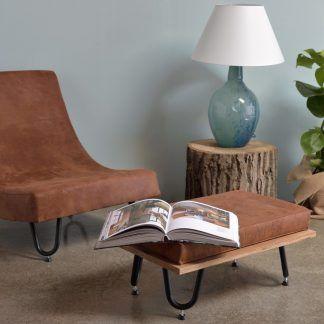 niebieska lampa stołowa do drewnianych dodatków w salonie