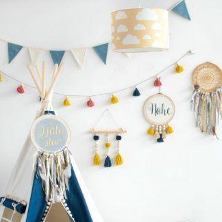 Niebieskie dodatki w pokoju z musztardową lampą