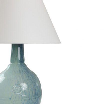 niebieskie szkło w lampie stołowej z abażurem - nowoczesne
