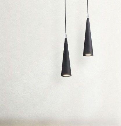 nieduża czarna lampa wisząca ze stożkowym kloszem