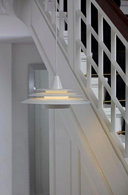 nowoczesna biała lampa wisząca oświetlenie schody