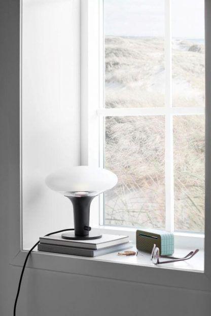 Nowoczesna czarna lampa stołowa do sypialni