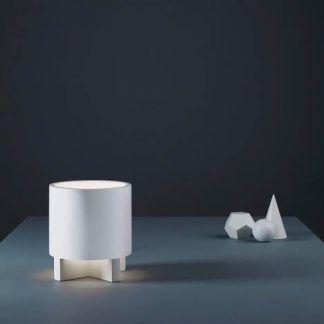 nowoczesna lampa stołowa dekoracyjna do ciemnego niewielkiego stołu