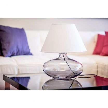 nowoczesna lampa stołowa na czarny stolik w salonie