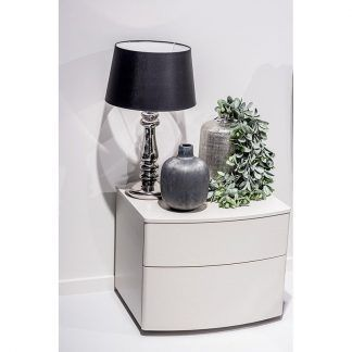 srebrna lampa stołowa z czarnym abażurem komoda