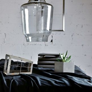 nowoczesna lampa wisząca do tynku i białej cegły