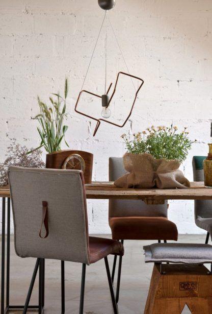 Nowoczesna lampa wisząca nad stołem w jadalni