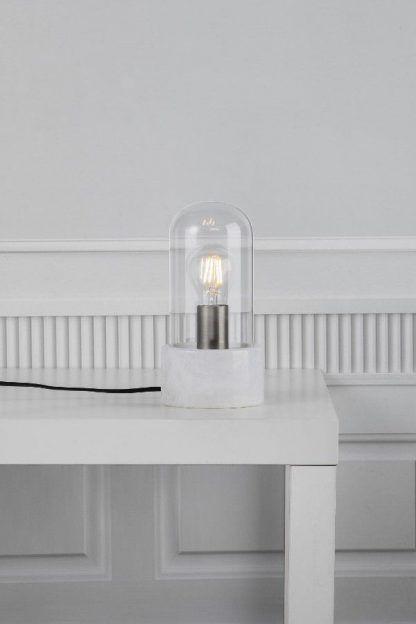nowoczesna skandynawska lampa stojąca z dekoracyjną żarówką