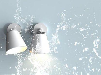 Nowoczesne kinkiety przystosowane do łazienek - białe reflektorki