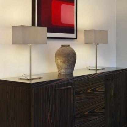 nowoczesne lampy stołowe na komodę w salonie - aranżacja