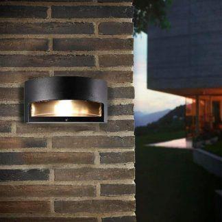 nowoczesny czarny kinkiet - aranżacja elewacji budynku z cegły