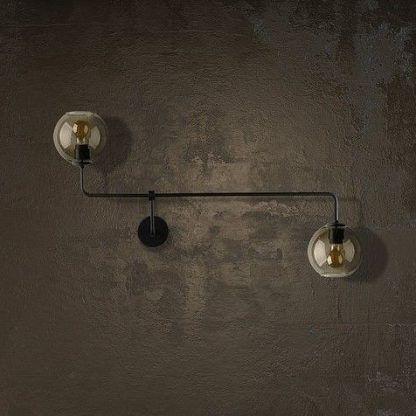 nowoczesny kinkiet na betonowej ścianie szklany
