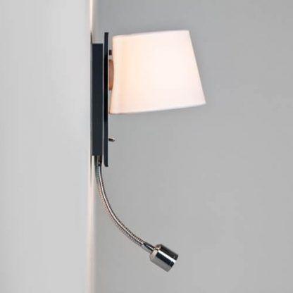 nowoczesny kinkiet z abażurem z oczkiem na ramieniu - sypialnia
