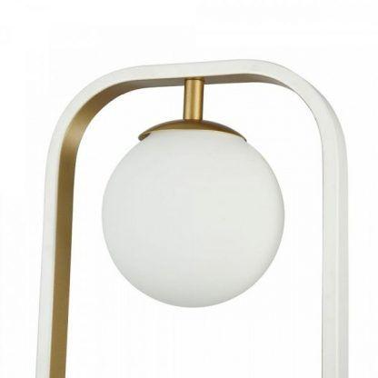 nowoczesny kinkiet z białą szklaną kulą i złotymi zdobieniami