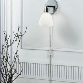 nowoczesny kinkiet ze szklanym kloszem chrom