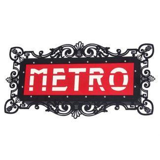 Nowoczesny metalowy kinkiet z napisem METRO