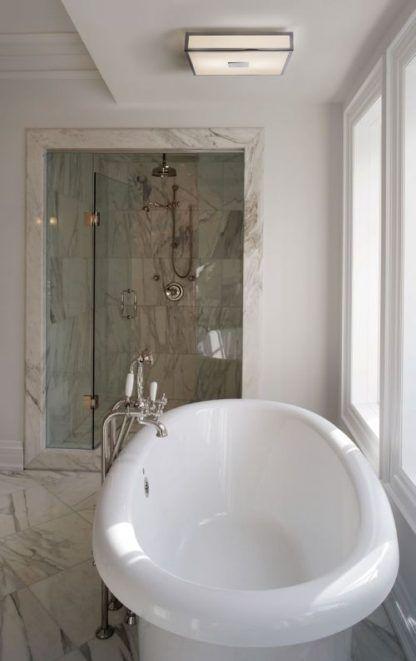 nowoczesny plafon do łazienki z oknem i wanną wolnostojącą