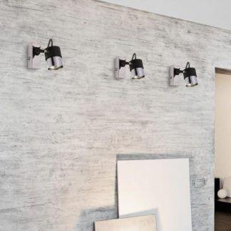 Nowoczesny reflektor ścienny wiszący na szarej ścianie
