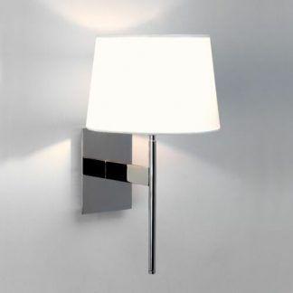 nowoczesny srebrny kinkiet z białym abażurem do salonu