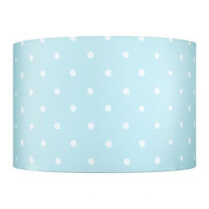Okrągły niebieski abażur w białe grochy sypialnia
