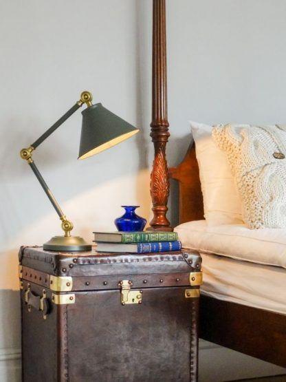 oliwkowa lampa stołowa na szafkę obok łóżka w sypialni
