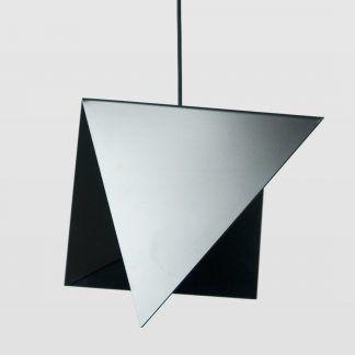 Ostre zakończenia lampy metalowej w kolorze czarnym