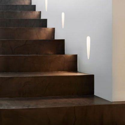 oświetlenie schodowe do brązowych stopni - do ściany