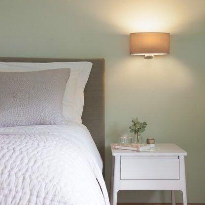 owalny kinkiet z abażurem aranżacja sypialnia