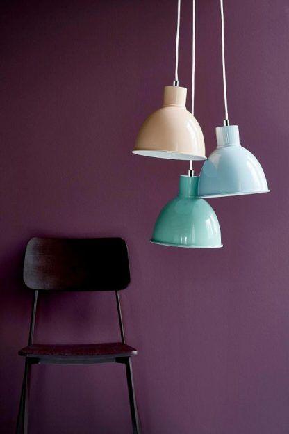 pastelowa lampa wisząca scandi fioletowa ściana