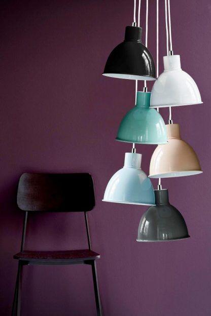 pastelowe lampy wiszące na fioletowej ścianie