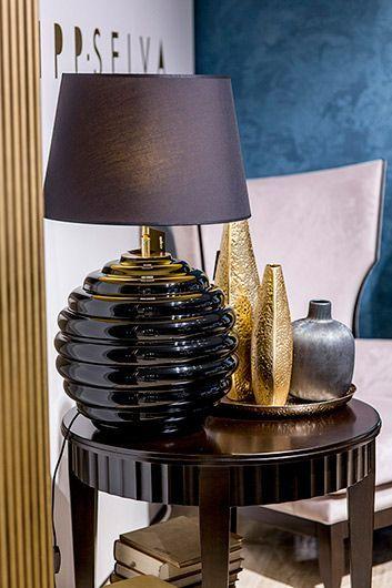 piękna dekoracyjna lampa stołowa do czarnych mebli - aranżacja