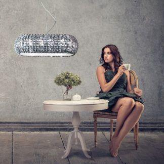 piękna duża i szeroka lampa wiszaca do salonu nad stół