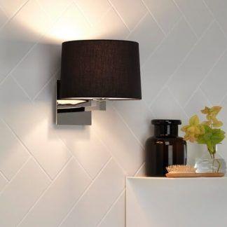 piękny srebrny polerowany kinkiet z czarnym abazurem nad szafkę w łazience