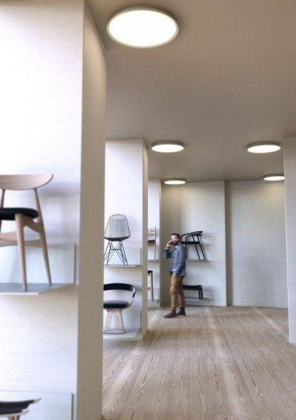 płaski biay plafon do dużego korytarza